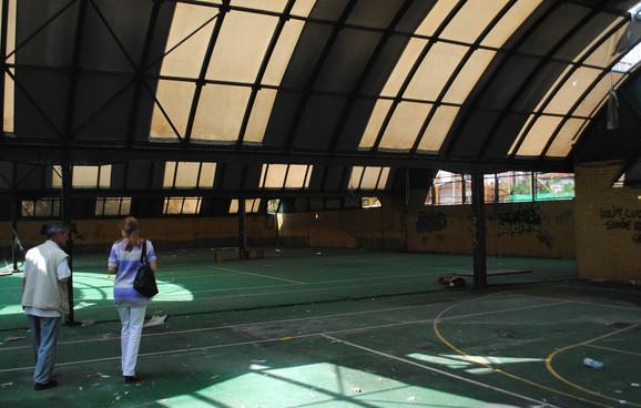 U hali se nalaze tereni za tenis, rukomet i mali fudbal