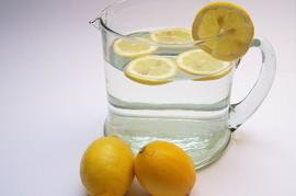 Svi kažu da je voda sa limunom IDEALNA ZA MRŠAVLJENJE: A o ove tri LOŠE POSLEDICE svi ćute