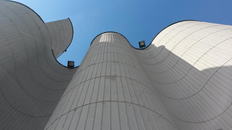Wygięte, betonowe ściany kościoła św. Jadwigi w Krakowie
