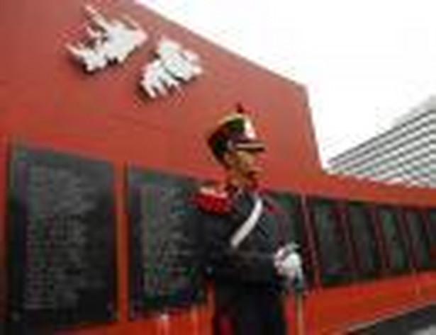 Argentyński żołnierz stoi przed tablicami upamiętniającymi wojnę o Falklandy między Argentyną i Wielką Brytanią