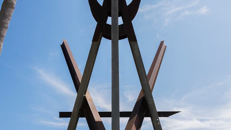 Venice Beach may lose a landmark: A Mark di Suvero sculpture