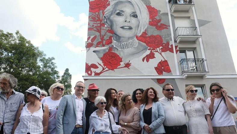 Odsłonięcie nowego muralu z wizerunkiem wokalistki Kory Sipowicz