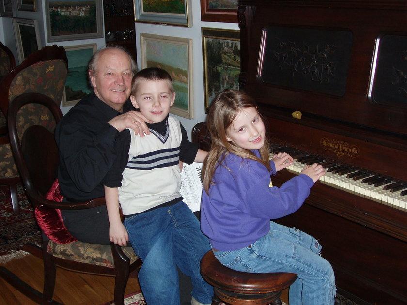 Krystian Ochman w dzieciństwie z dziadkiem