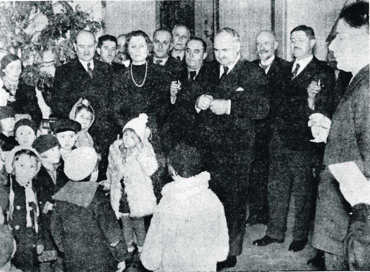 LESKOVAC05_Olga i Vlada Ilic sa decom u svom domu_FOTO porodicna arhiva