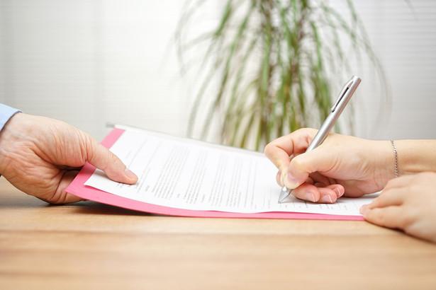 Przy umowie zlecenia nie obowiązuje okres wyczekiwania - kobieta zatrudniona na zleceniu otrzyma zasiłek macierzyński od pierwszego dnia ubezpieczenia