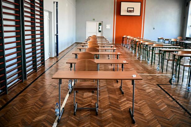 Arkusz egzaminacyjny rozwiązywany przez uczniów Centralna Komisja Egzaminacyjna upubliczniła na swojej stronie internetowej we wtorek po zakończeniu egzaminu. egzamin ósmoklasisty