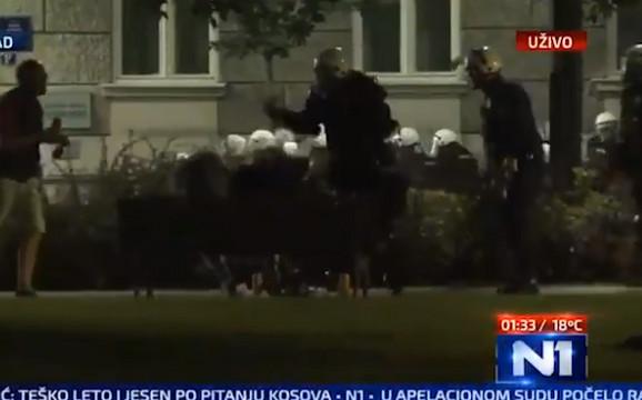 Policija tuče momke na klupi