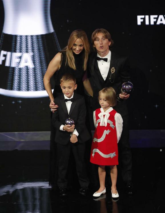 Luka Modrić sa porodicom na dodeli nagrade za najboljeg fudbalera planete u 2018.