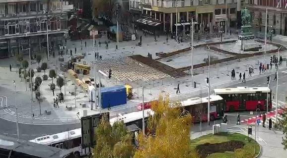 Počelo postavljanje klizališta na Trgu republike