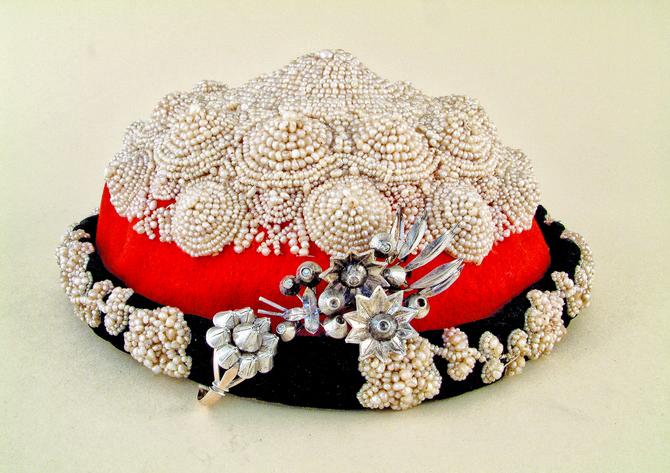 Tepeluk je kapa od crvene čoje koja je otkrivala sve o ženi - srebrom su ga ukrašavale manje imućne, tankom crnom somotskom trakom udate, prstenom i brošem zaprošene, zlatnim nakitom imućnije