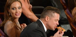 Niby gala, a Brad Pitt objadał się pizzą