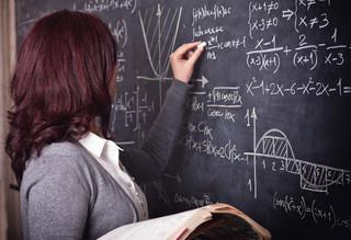 Kasjer zarabia więcej niż nauczyciel. Oto przykładowe zarobki w 2021 roku