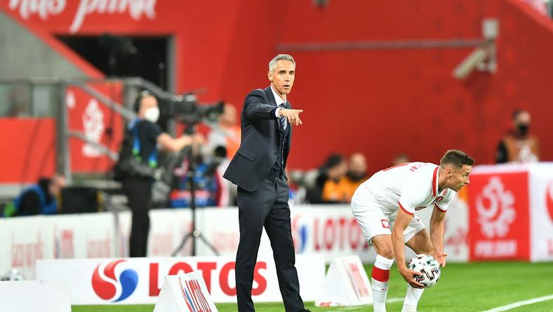 Piłkarz reprezentacji Polski Przemysław Frankowski (P) i trener kadry Paulo Sousa (L) podczas meczu towarzyskiego z Rosją