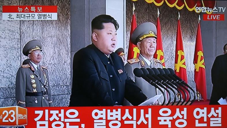 """Podczas parady Kim Dzong Un zapewnił, że Korea Północna jest przygotowana do walki w """"jakiejkolwiek wojnie, sprowokowanej przez Stany Zjednoczone"""". """"Jesteśmy gotowi do obrony naszego narodu i błękitnego nieba nad naszą ojczyzną"""" - podkreślił przywódca podczas półgodzinnej przemowy. Parada miała być największym pokazem siły i możliwości północnokoreańskiej armii od czasu objęcia steru rządów w grudniu 2011 roku przez Kim Dzong Una. Przywódca dokonał inspekcji wielotysięcznych oddziałów, które przemaszerowały na plac w centrum Pjongjangu. Okoliczne budynki były przystrojone flagami państwowymi oraz emblematami partii komunistycznej. Nad placem unosił się balon z banerem, opatrzonym hasłem: """"Niech żyje niezwyciężona Koreańska Partia Pracy""""."""