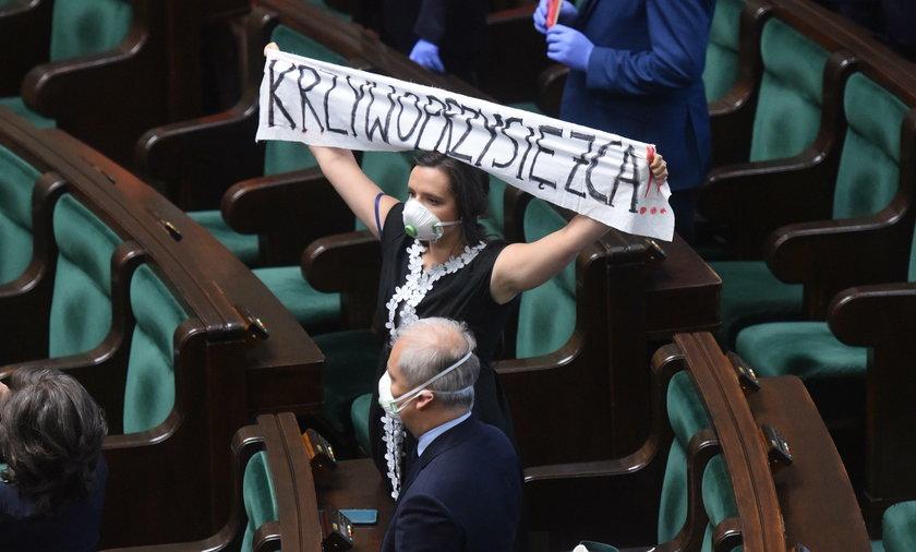 Klaudia Jachira z kontrowersyjnym transparentem