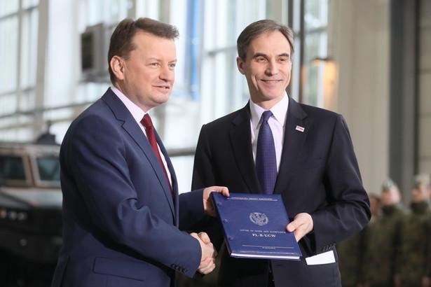 Minister obrony narodowej Mariusz Błaszczak oraz ambasador Stanów Zjednoczonych Paul W. Jones