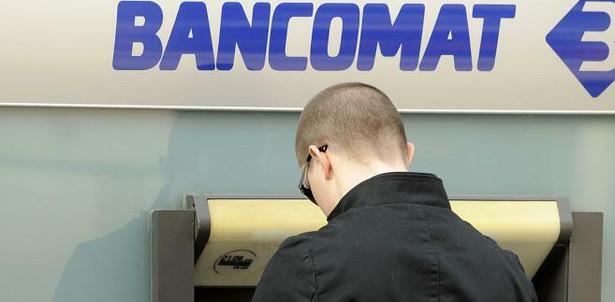 prowizje za wypłaty z bankomatów to nie całość kosztów związanych z obsługą karty za granicą
