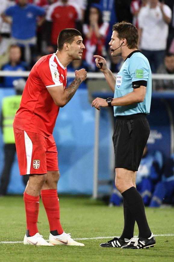 Feliks Brih u razgovoru sa Aleksandrom Mitrovićem nakon sporne situacije u duelu Srbije i Švajcarske