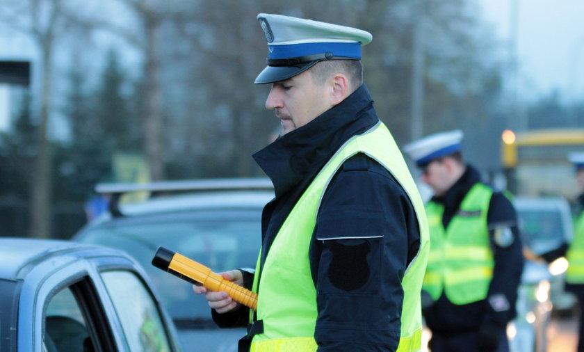 Policjant z alkomatem