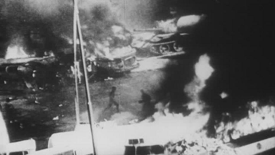 Barykady oraz płonący radziecki czołg T-55, 21 sierpnia 1968 - domena publiczna