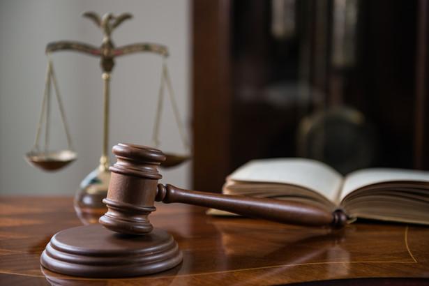 Eksperci zwracają uwagę na to, że inne procedury obowiązują dziś w sądach cywilnych i karnych, a inne w administracyjnych.