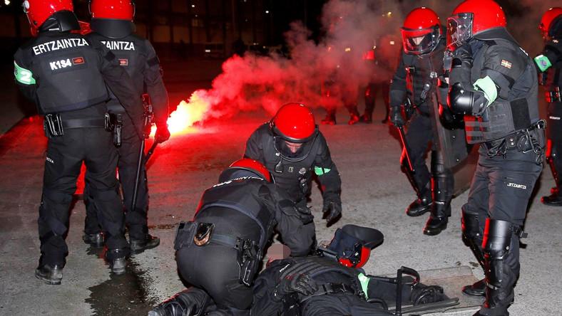 Policja starała się nie dopuścić do walk między ultrasami obu klubów na ulicach Bilbao. Eskortowała kibiców przyjezdnych na stadion, kiedy ich niewielka grupa oderwała się od reszty i zaczęła rzucać racami w stronę sympatyków gospodarzy oraz funkcjonariuszy.