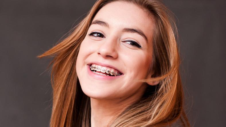 Mimo wzrostu świadomości oraz powszechności leczenia ortodontycznego, wciąż funkcjonuje wiele fałszywych przekonań na jego temat. Popularne mity rozwiewa lek. stom. Agnieszka Pogorzelska-Mlynarczyk z Centrum Stomatologicznego ENEL-MED
