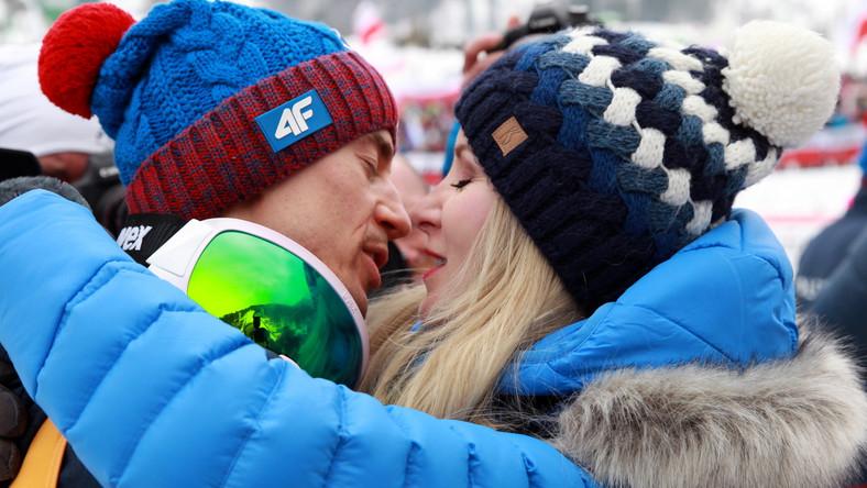 """Sukcesy odniesione przez 30-letniego zawodnika tej zimy wyliczyły m.in. czeska agencja CTK i niemiecka dpa. Stoch zdobył Kryształową Kulę za zwycięstwo w klasyfikacji generalnej PŚ i zarobił prawie 650 tysięcy złotych, a do tego dochodzą nagrody za wygrane w norweskim cyklu Raw Air (60 tys. euro), w słoweńskim """"Planica 7"""" (20 tysięcy franków szwajcarskich i... rower), a także Willingen Five (25 tysięcy euro) oraz w 66. Turnieju Czterech Skoczni (20 tys. euro)."""