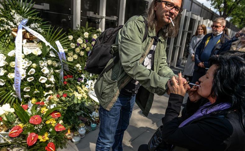 Żałobnicy oddają cześć zmarłej paląc papierosy