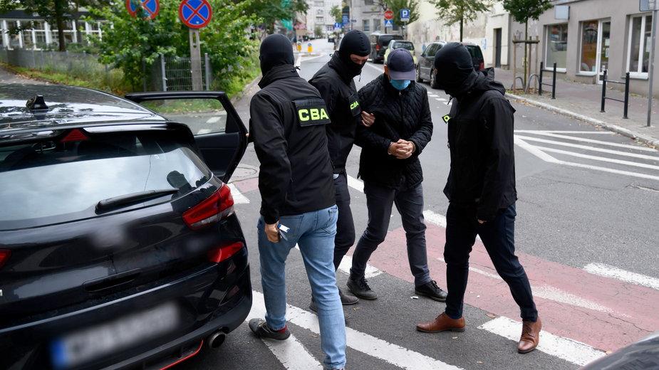 Jeden z zatrzymanych przez CBA doprowadzany na posiedzenie aresztowe w poznańskim sądzie