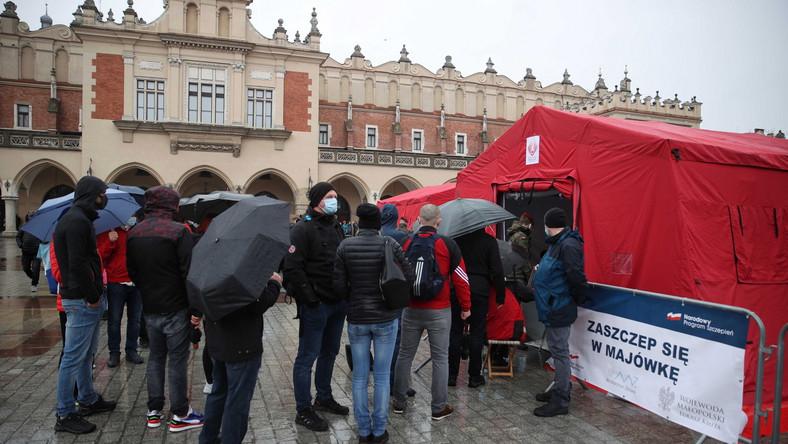 Kolejki do punktu szczepień masowych przeciwko COVID-19 na Rynku Głównym w Krakowie