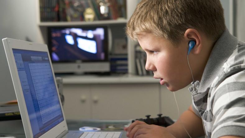 nastolatek gra na komputerze