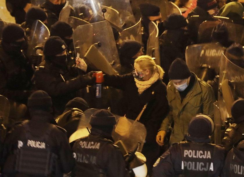 """Adam Bodnar komentuje użycie gazu wobec Barbary Nowackiej: """"Tak jakby psiknąć w twarz 88 tys. wyborców"""""""