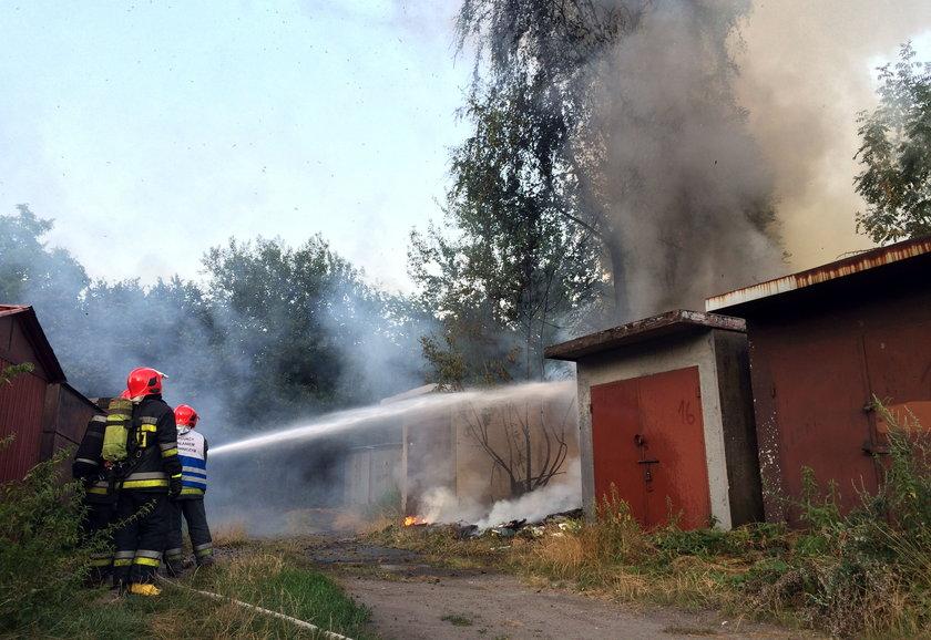 Katowice. Podpalenie śmieci w poblizu garaży na osiedlu Tysiąclecia