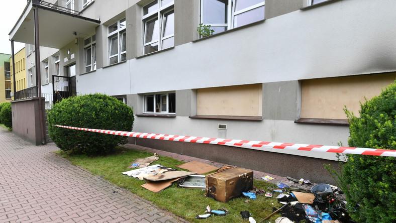 Wejście do podpalonego budynku Powiatowej Stacji Sanitarno-Epidemiologicznej przy ulicy Peowiaków w Zamościu