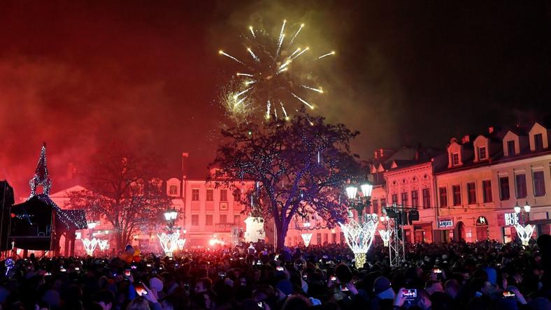 Pokaz fajerwerków na zakończenie zabawy sylwestrowej na Rynku w Rzeszowie.