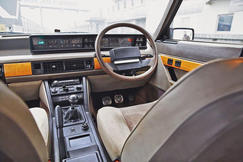 W środku Rover SD1 (od Specialist Division z Triumpha i Rovera) także wyprzedzał swą epokę. Deska auta jest symetryczna – zbudowanie wersji do ruchu prawostronnego było bardzo proste