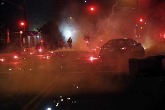 U Mineapolisu na ulicama su mogle da se vide i šok granate, zbog čega su određeni delovi grada bili potpuno u dimu.