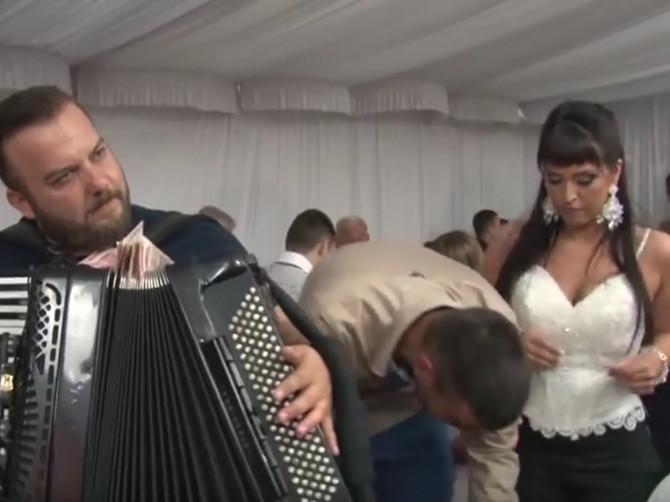 """Opis HERCEGOVAČKIH SVATOVA je slika i prilika SVATOVA U SRBIJI: Barjaktar obavezno ima šiber, u koverti po 50 evra, a majke svisnu na ovaj """"svadbarski šlager"""""""