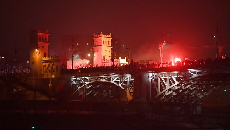 """Tysiące biało-czerwonych flag powiewają nad uczestnikami Biało-Czerwonego Marszu """"Dla Ciebie Polsko"""" z okazji 100-lecia odzyskania niepodległości, który idzie w niedzielę ulicami stolicy."""