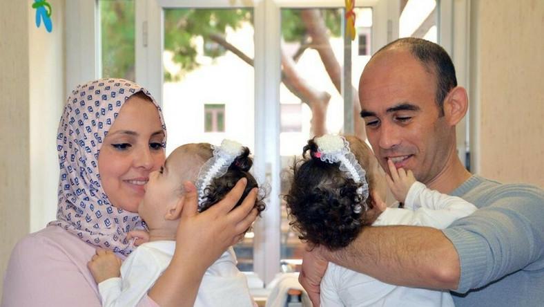 Rayenne i Djihene - 17-miesięczne bliźnięta syjamskie rozdzielone przez chirurgów szpitala Bambino Gesu w Rzymie