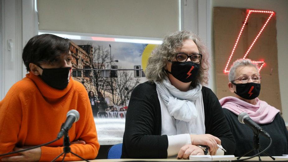 Konferencja prasowa Ogólnopolskiego Strajku Kobiet. Na zdjęciu: Klementyna Suchanow, Marta Lempart i prof. Monika Płatek