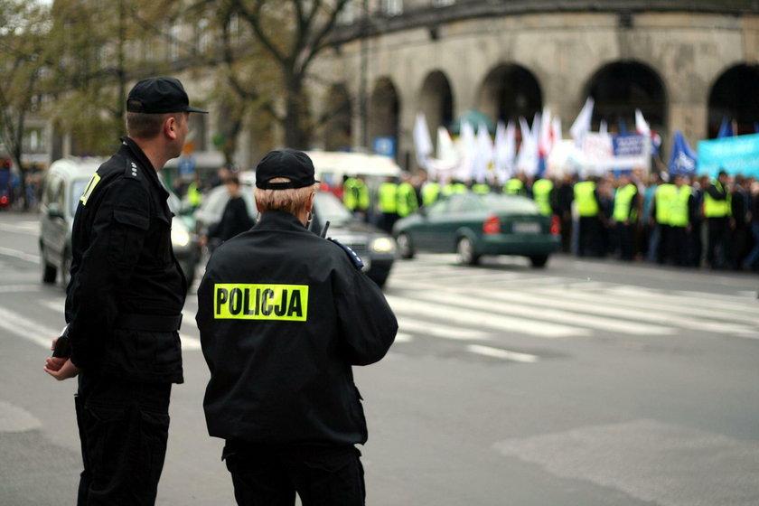 Zarobki policjantów w 2019 r. - wcześniejsza i wysoka emerytura