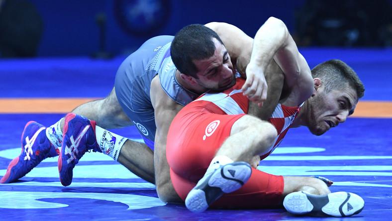 Reprezentant Polski Geworg Sahakjan (niebieski) zdobył 27 bm. w Budapeszcie brązowy medal zapaśniczych mistrzostw świata w kategorii 67 kg
