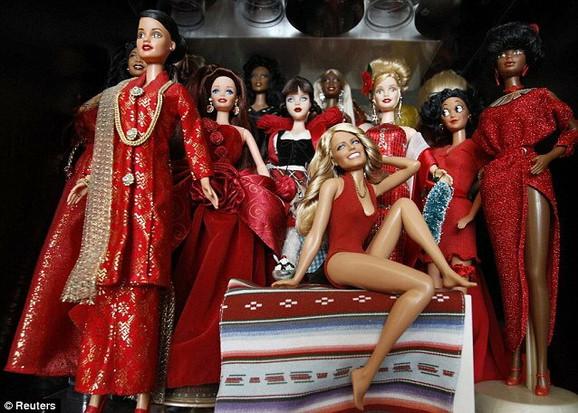 Lutka Fare Foset sedi među drugim obučenim u crveno