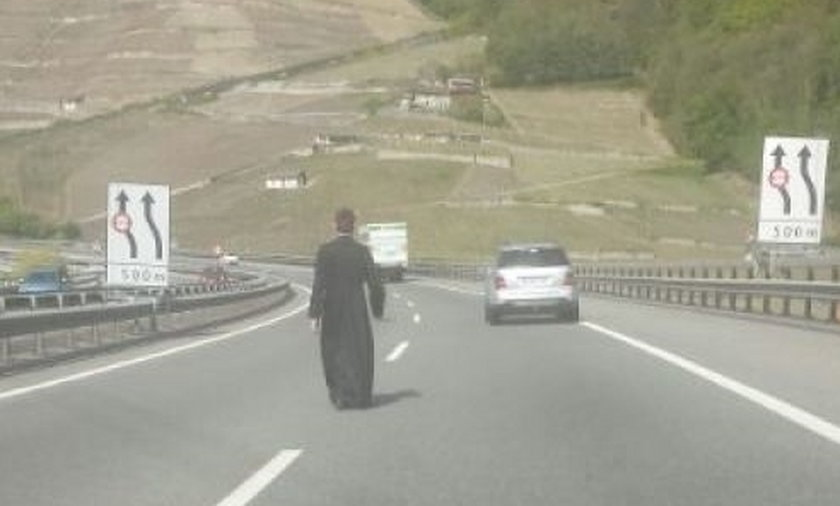 Szok! Polski ksiądz szedł środkiem autostrady w Szwajcarii odmawiając różaniec.