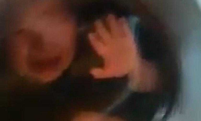 Szokujące nagranie w sieci. Chłopczyk zamknięty w pralce, a w tle śmiech...