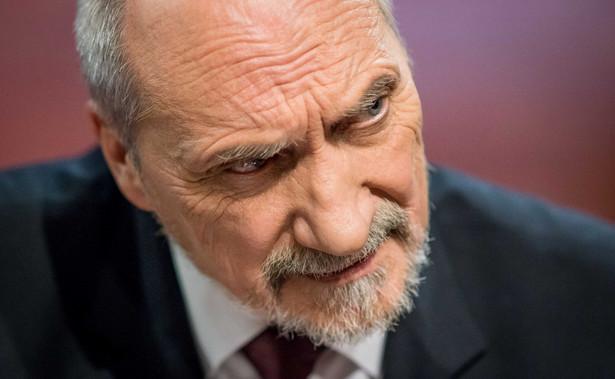 Nieufność wśród Polaków najczęściej budził Antoni Macierewicz (58 proc., o 2 punkty proc. mniej niż w marcu); zaufanie do szefa MON zadeklarowało 25 proc. (spadek o 1 punkt proc.).