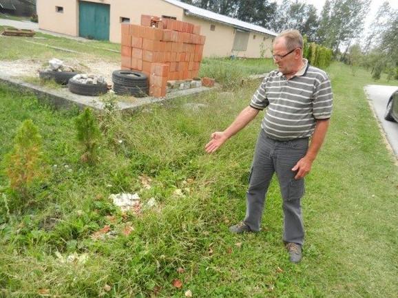 Nenad se žali na smeđe koje se baca sa farme blizu njegovog dvorišta