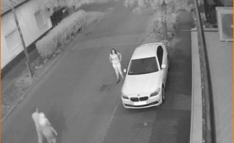 A térfigyelő kamerák is rögzítették a kocsit felderítő nőt, akinek a társai később elemelték a pénzt /Fotó: Facebook